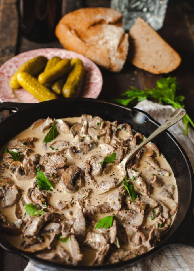 Pokrm z hovězího masa a hub s omáčkou ze zakysané smetany