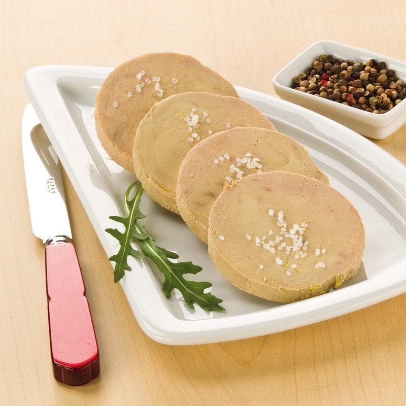 4 plátky foie gras vyskládané na talířku a ozdobené rukolou
