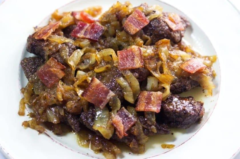 Směs z hovězích jater se slaninou a cibulí.