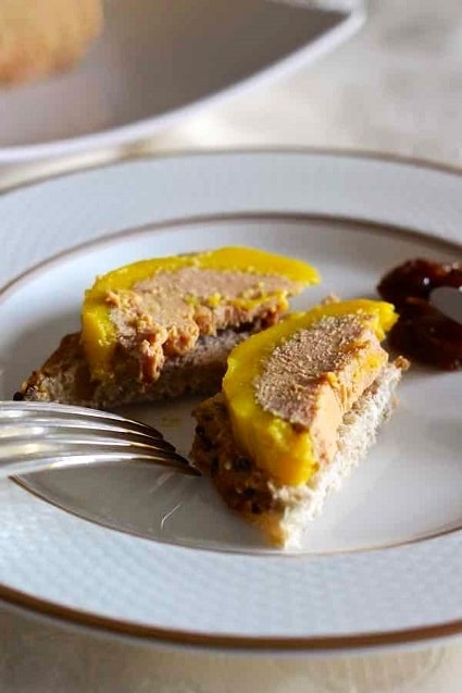 Pečivo s játry foie gras, podávané s brusinkami.