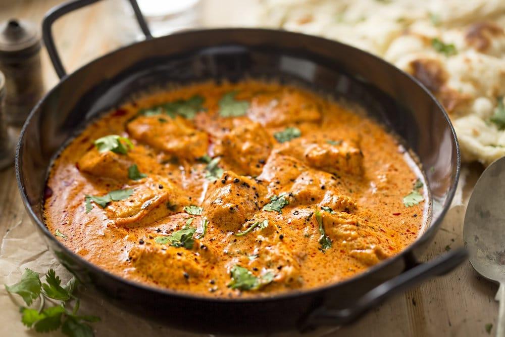 Indické curry s nudličkami hovězího masa, posypané petrželkou