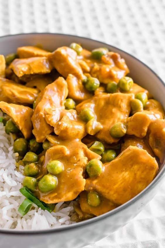 Rýže s čínským kari a hráškem.