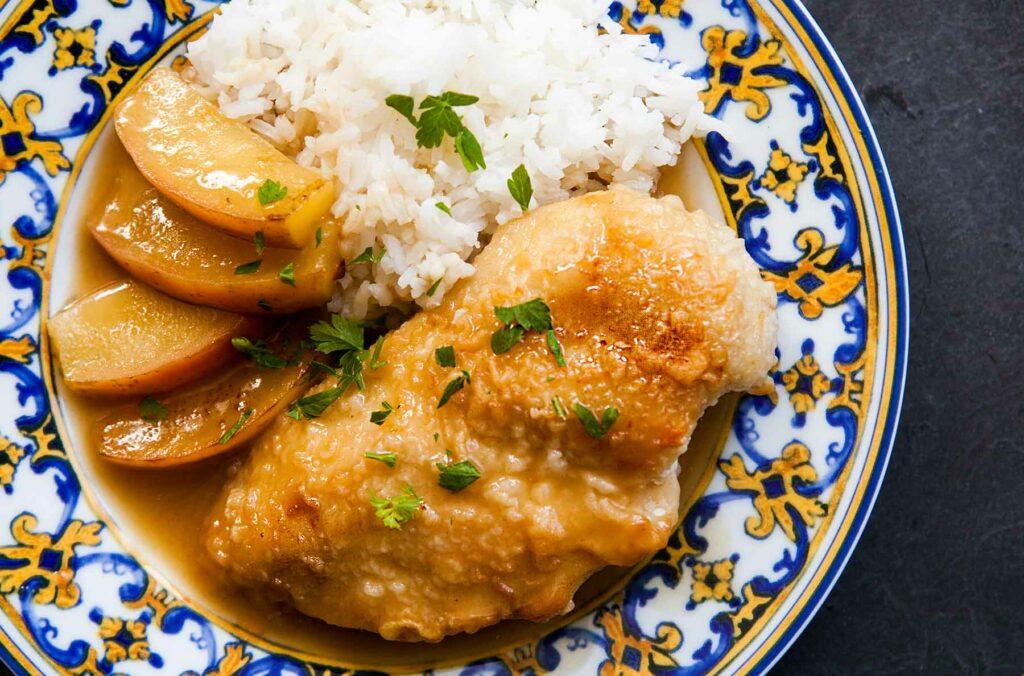 Kuře na sladko s jablky a rýží.