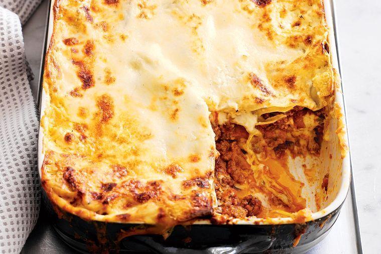 Pekáč s těstovinami zapečenými s mletým masem, sýrem a bešamelem