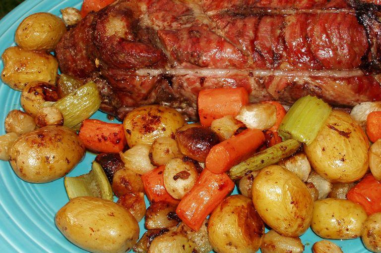 Luxusní pečeně s tymiánem a křupavou zeleninou.