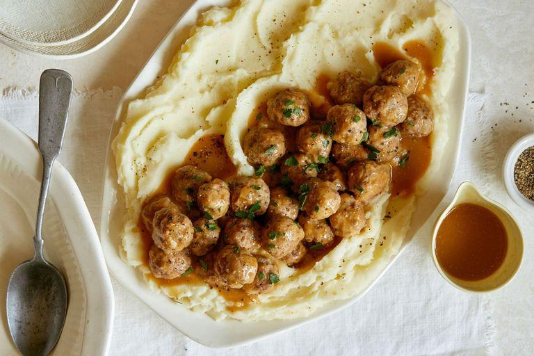 Masové kuličky přelité omáčkou na talíři s bramborovou kaší
