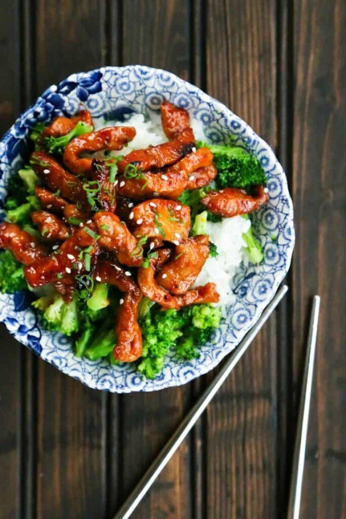 pálivé kousky vepřového s rýží