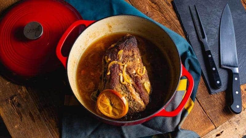 Maso s příchutí pomeranče a kmínu pečené v litinovém hrnci.
