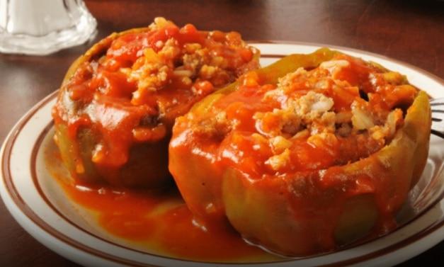 Dva kusy plněných paprik s rajskou omáčkou.