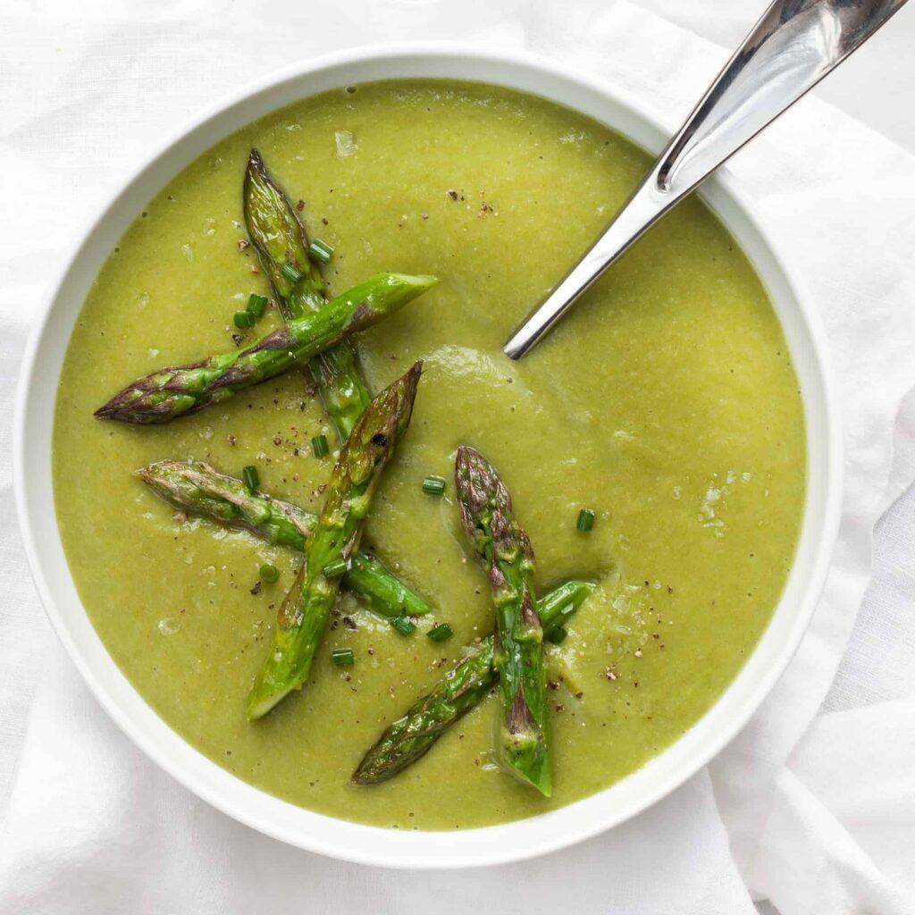 Miska s hustou polévkou z chřestu s kousky zeleného chřestu na vrchu