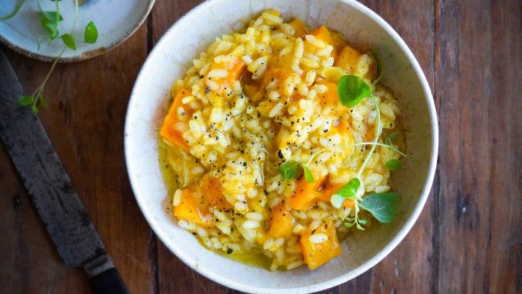 Směs vařené rýže, pečené dýně a bylinek v bílé misce