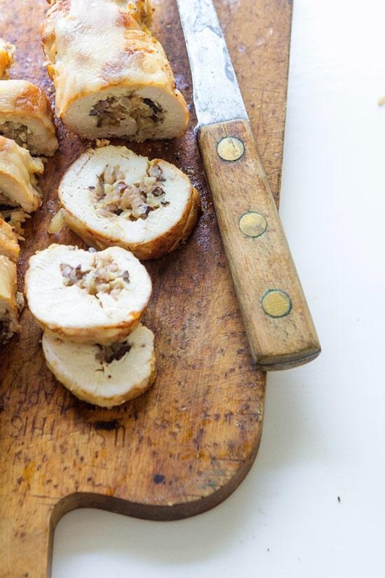 Nakrojený kuřecí závin s houbovo-cibulovou náplní.