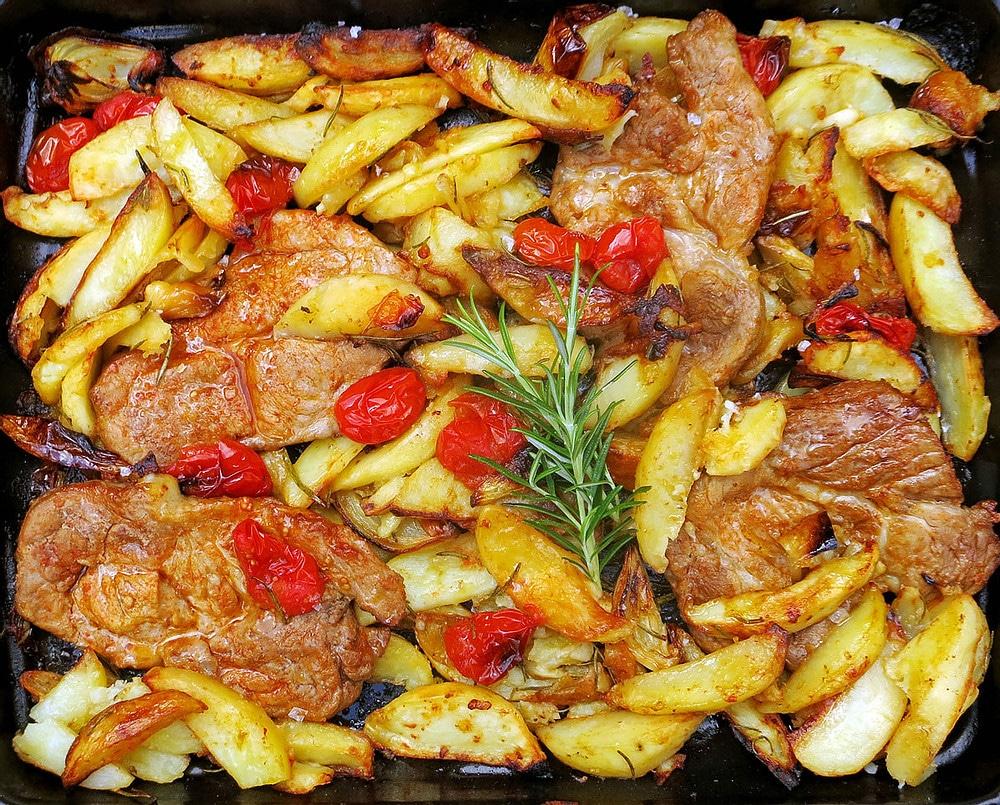 Pečené maso s paprikou, bramborami, cibulí, česnekem a rozmarýnem.