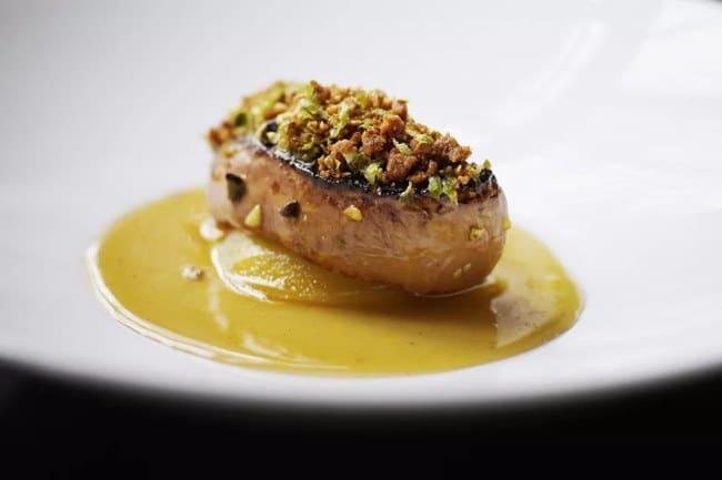 Fois gras z husích jater přelité omáčkou a posypané pistaciovými oříšky