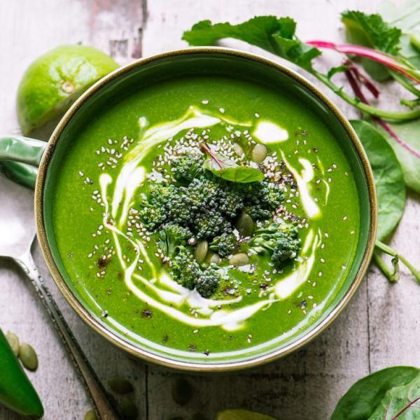 Polévka ze špenátu, zázvoru a kurtumy na posílení imunity, servírovaná s brokolicí, jogurtem a semínky