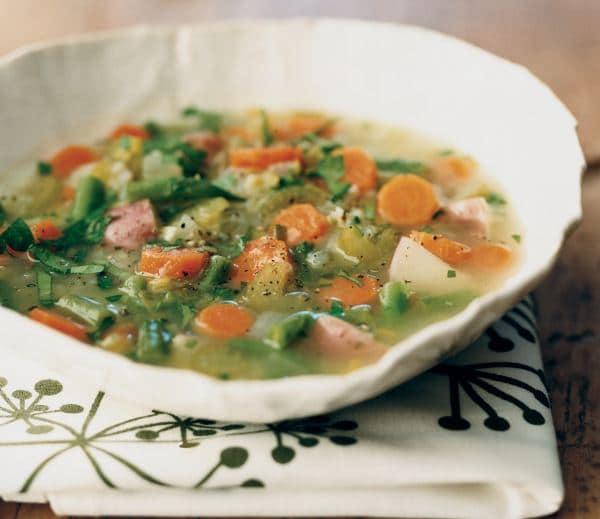 Barevná polévka s kousky mrkve, kedlubny, celeru, pórku a zelenými fazolkami