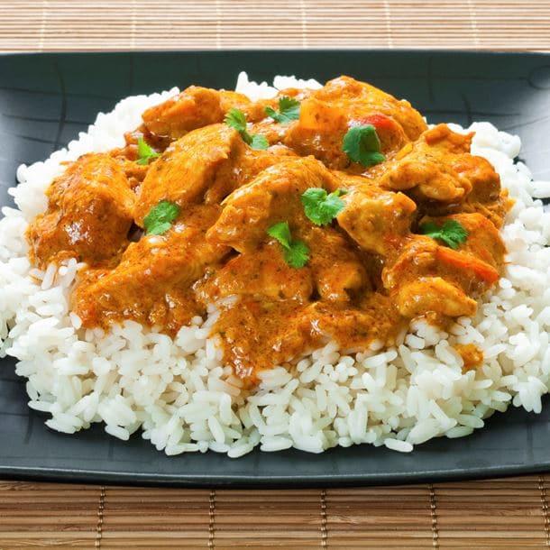 Kousky krůtího masa připravované na kari a podávané s rýží
