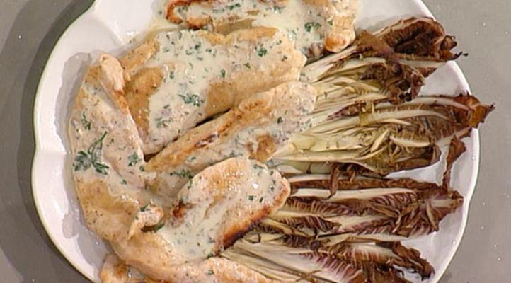 Pokrm z krůtího masa s nivovým přelivem a čekankovými listy