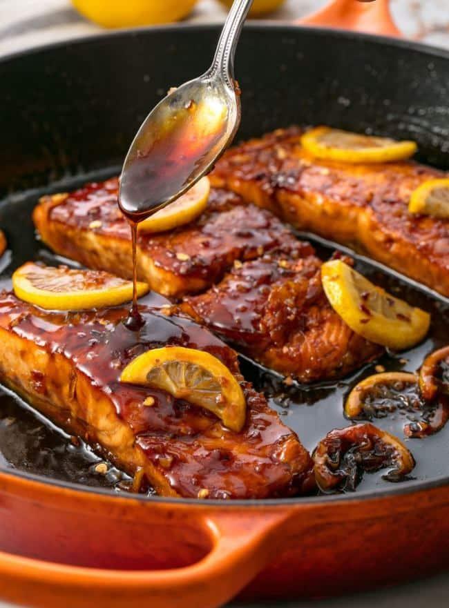Lososové filety s medovým přelivem a plátky citronu