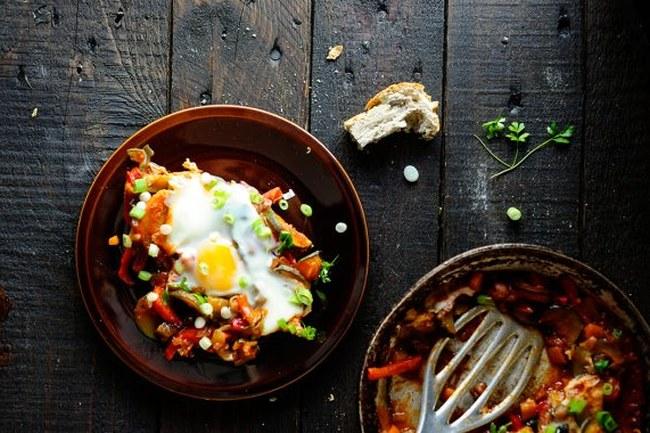 Pokrm připravený z dušené zeleniny a vajec