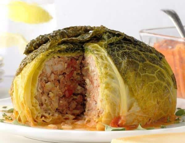 Kapustový bochník plněný směsí masa, zeleniny a rýže