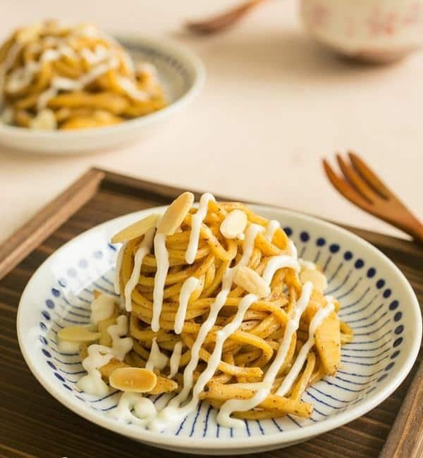 Sladké špagety se skořicí polité jemnou polevou a posypané plátky mandlí