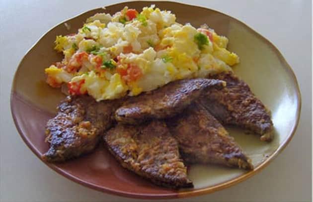 Plátky z vepřových jater připravované na česneku s bramborovým salátem