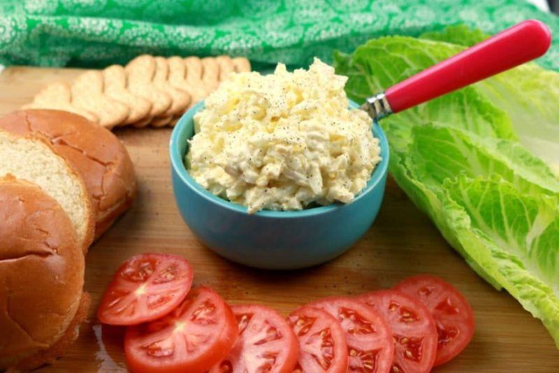 Miska s pomazánkou z vajíček a taveného sýra