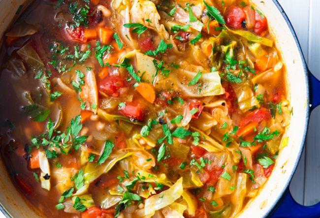 Kapustová polévka se směsí zeleniny
