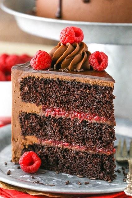 Čokoládový kousek dortu s malinami.