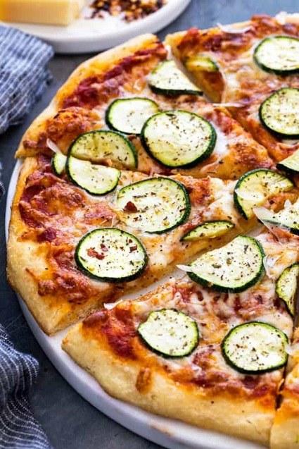 Pizzové těsto s kolečky cukety.
