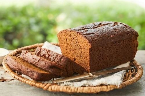 Hnědý cuketový perník ve tvaru toustového chleba.