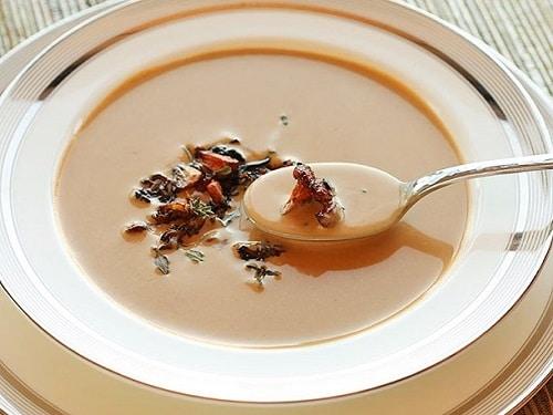 Jemný polévkový houbový krém, zdobeny osmaženými liškami.