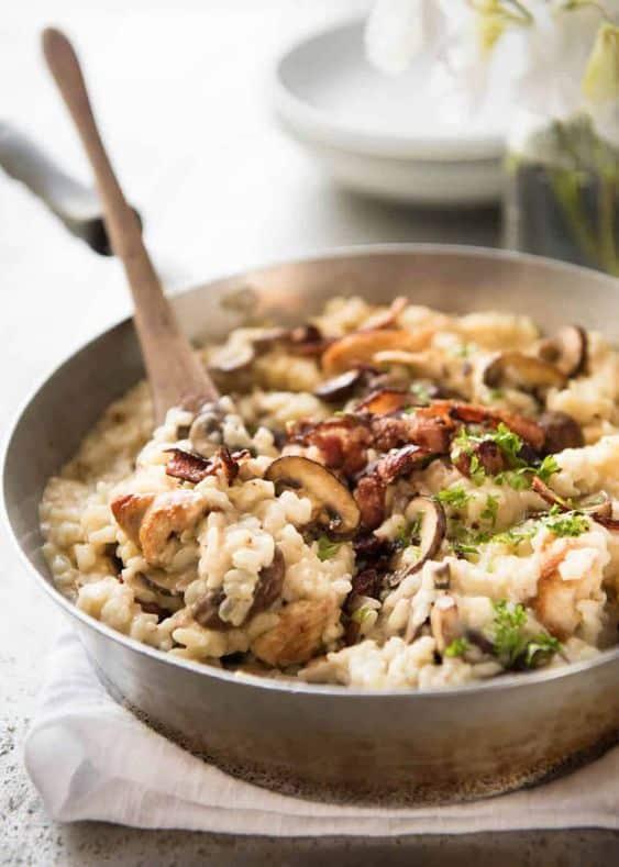 Risotto s houbami a petrželkou, posypané čerstvým parmezánem.