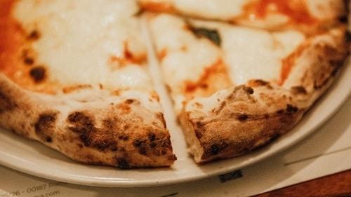 Pravé italské těsto na pizzu se sýrovou náplní.