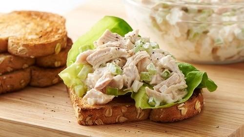 Kuřecí směs s vejcem a listem salátu na vločkovém chlebu.