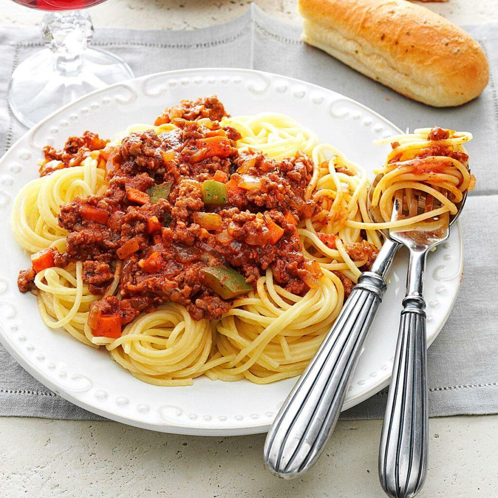 Špagetová omáčka s hovězím masem.