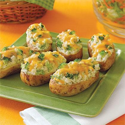 Plněné brambory sýrem a brokolicí na zeleném talíři.