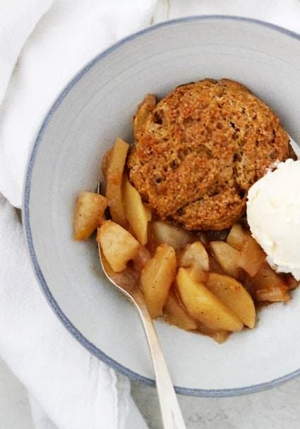 Perníková sušenka s jablky a hruškami, podávaná se zmrzlinou.