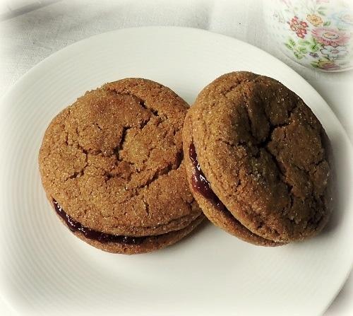 Perníkové sušenky plněné marmeládou.