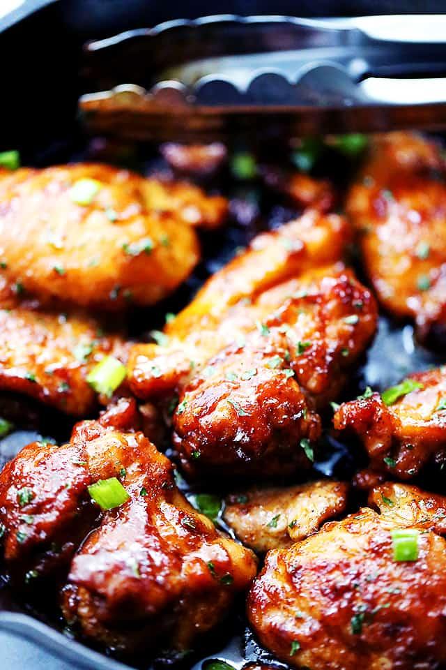 Pikantní sladká marináda na kuřecích  kouscích s jarní cibulkou navrch.