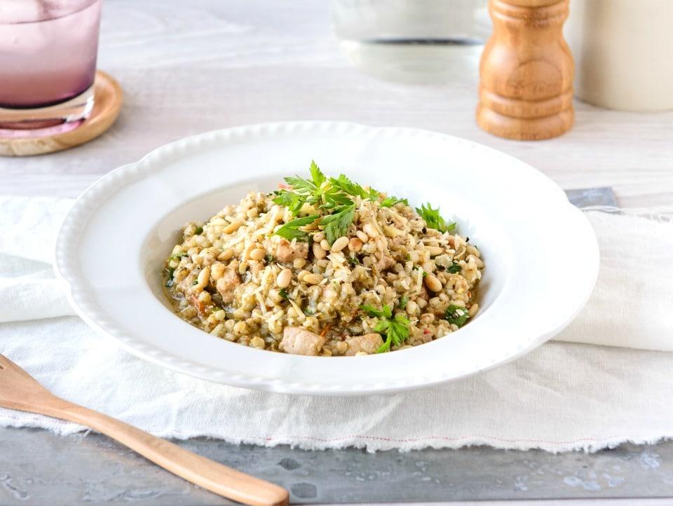 Kuřecí rizoto s pohankou a pestem.