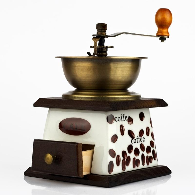Ruční kávový mlýnek.