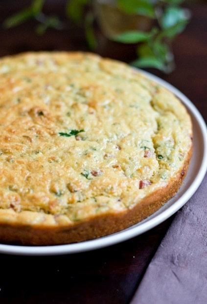 Slaný koláč z vajec, šunky a petrželky.