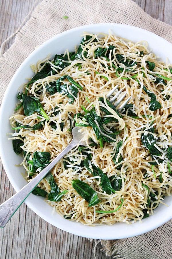 Špagety se špenátem na talíři s vidličkou