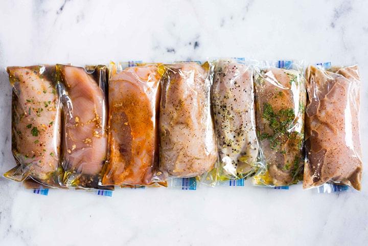 Několik druhů marinád pro kuřecí maso.