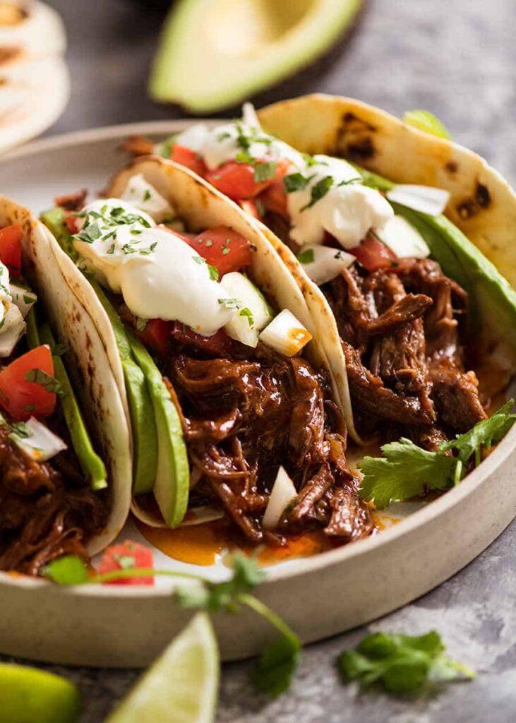 Mexické hovězí maso trhané se zeleninou v tortillách.