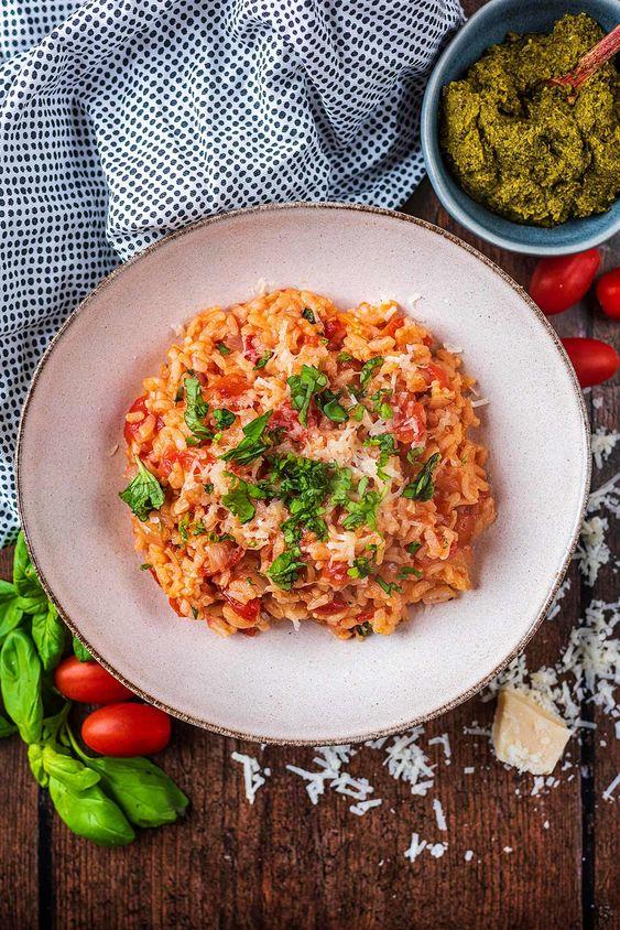 Risotto s rajčátky posypané čerstvou bazalkou.
