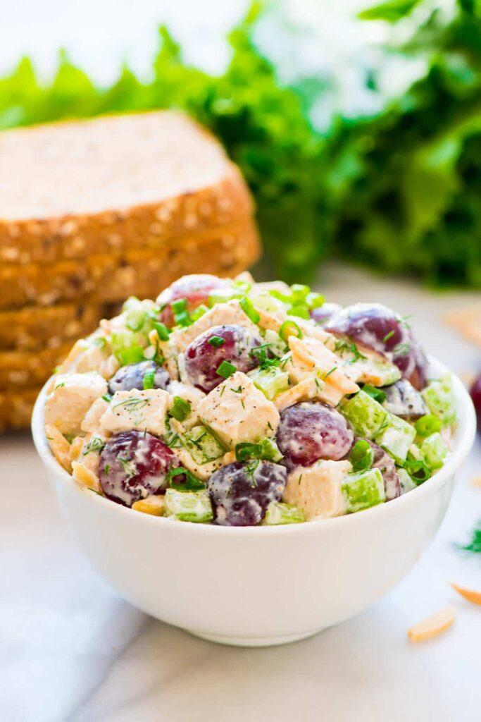 Salát s řeckým jogurtem a hroznovým vínem.