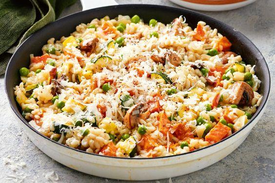 Vegetariánská rýže se zeleninou, houbami a sýrem.